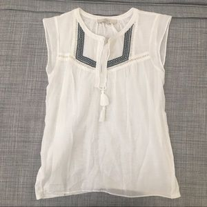 💌 Ann Taylor white embroidered peasant top
